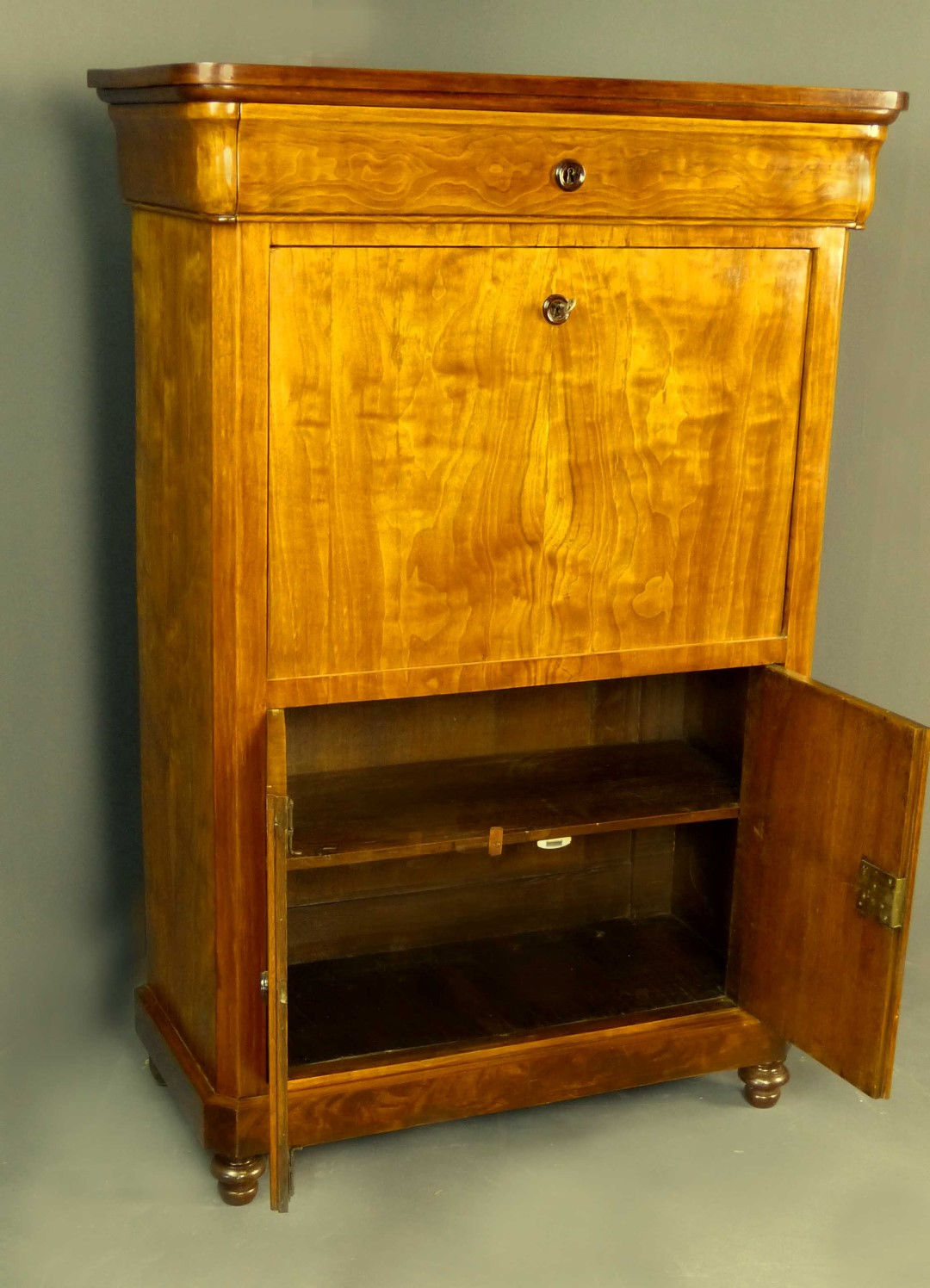Antique Furniture Antique Cupboards Antique Tables Antique Comfortable Antique Chairs Antique Bookcases Antique Sofas Antiquities